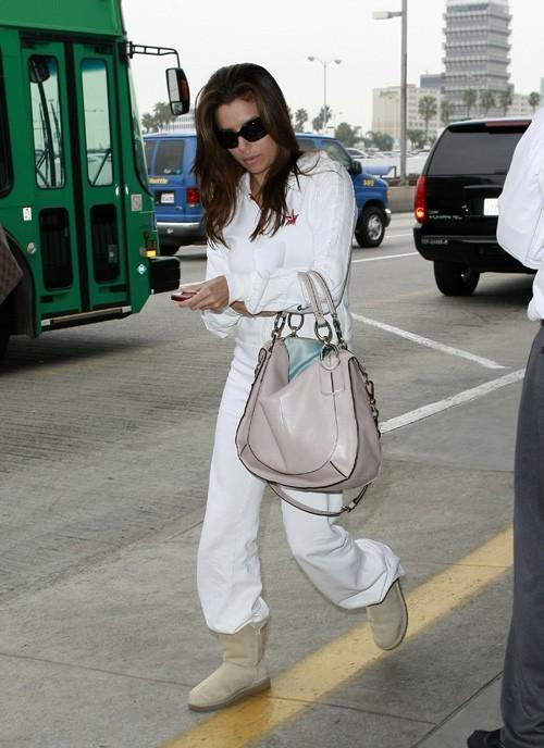 Dans son sac, elle transporte aussi des pantoufles...ça peut toujours servir !