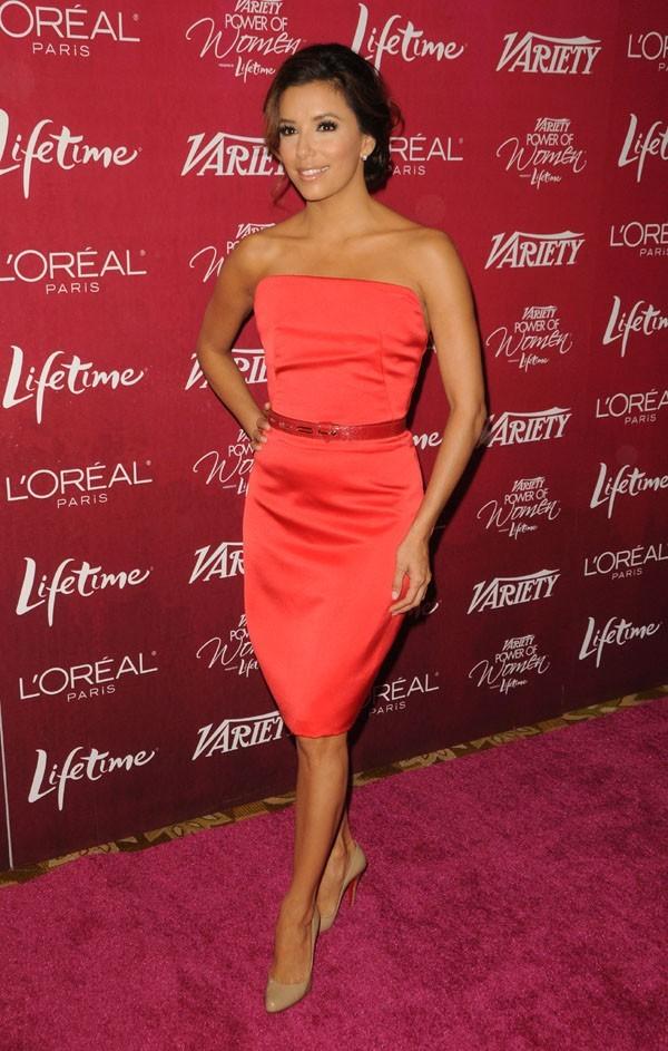 Elle porte très bien le rouge !