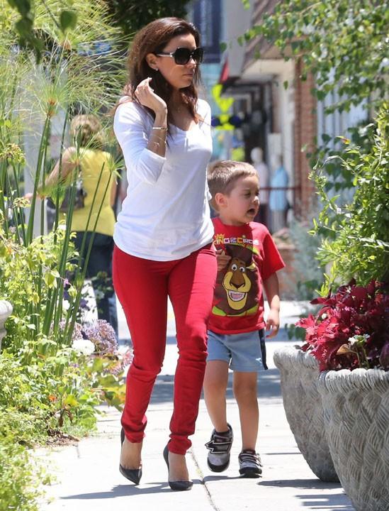 Eva Longoria avec sa mère et son neveu à West Hollywood le 23 juillet 2013