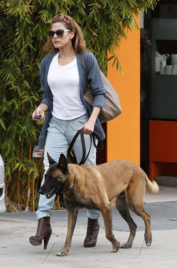 Eva Mendes à la sortie d'un salon de beauté de Los Angeles le 7 mars 2013
