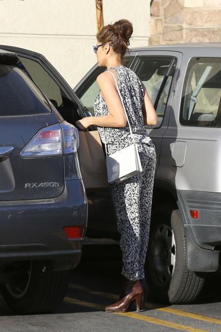 Photos : Eva Mendes : ultra-glamour et haut perchée, elle irradie de beauté au supermarché !