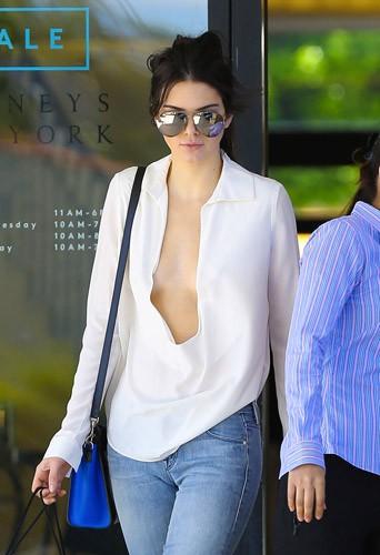 """Photos : """"experte"""" en matière de sexe, Kendall Jenner ose le méga décolleté !"""