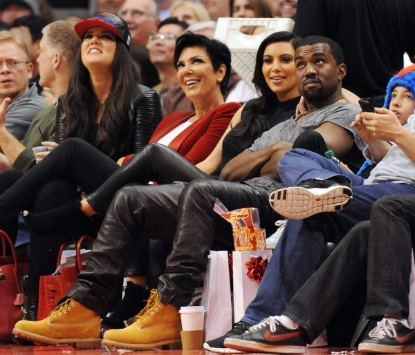 Khloe Kardashian, Kris jenner, Kim Kardashian et Kanye West lors du match entre les Clippers de Los Angeles et les Nuggets de Denver, le 25 décembr...