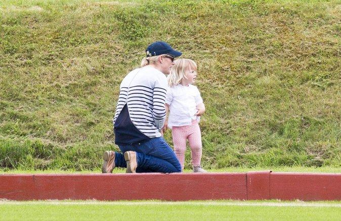 Zara Phillips et sa fille Mia à Gloucester le 18 juin 2016