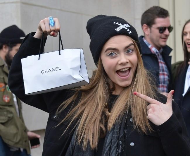 Cara Delevingne, déjantée à la sortie du défilé Chanel !