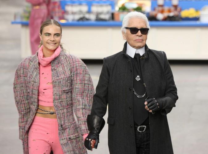 Cara Delevingne, Karl Lagerfeld et Kendall Jenner lors du défilé Chanel à Paris, le 4 mars 2014.