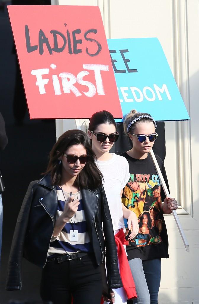 Kendall Jenner et Cara Delevingne à la sortie du défilé Chanel le 30 septembre 2014