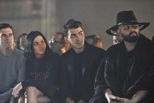 Joe Jonas au défilé Versace à Milan, le 25 septembre 2015
