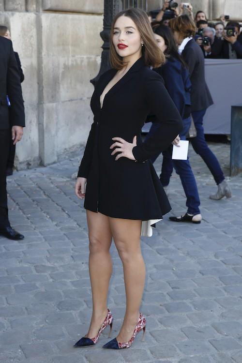 Emilie Clarke au défilé printemps-été 2016 Dior, le 2 octobre 2015 à Paris !