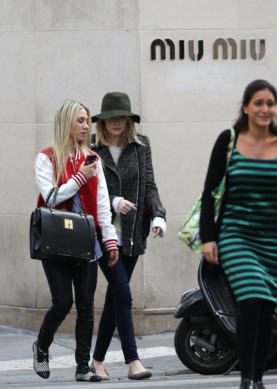 Emma Stone et une amie en plein shopping parisien, le 1er octobre 2012.