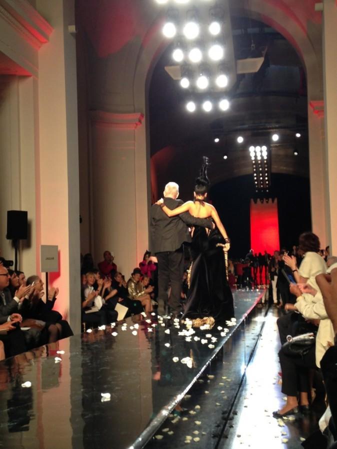 Nabilla Benattia et Jean-Paul Gaultier lors du défilé Haute Couture du créateur à Paris, le 3 juillet 2013.