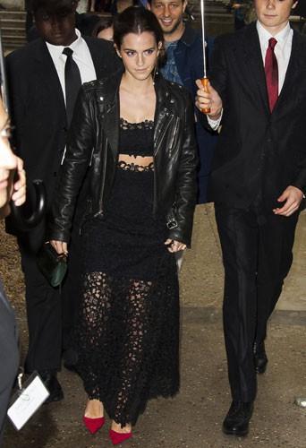 Fashion Week HC : Emma Watson : fatigu�e mais sexy, tout en transparence au d�fil� Valentino !