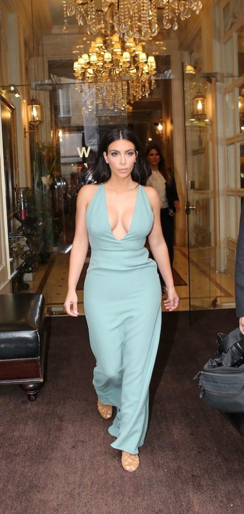 Photos : Fashion Week HC : Kim Kardashian : elle dégaine un nouveau décolleté bombesque pour le défilé Valentino !