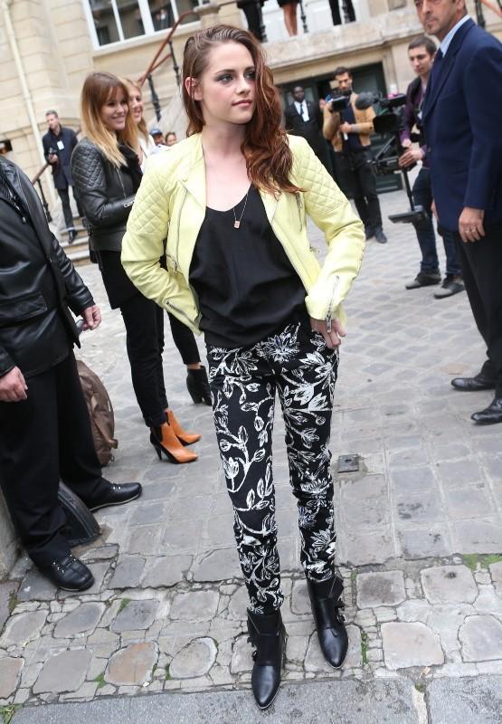 Kristen Stewart arrivant au défilé Balenciaga à Paris, le 27 septembre 2012.