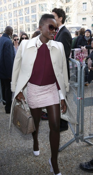 Lupita Nyong'o arrive au défilé Miu Miu à Paris, le 5 mars 2014.