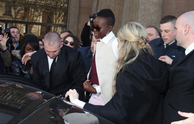 Lupita Nyong'o repart du défilé Miu Miu à Paris, le 5 mars 2014.