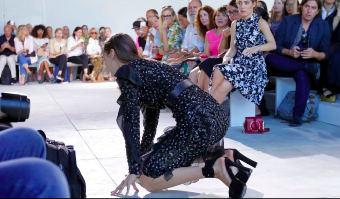 Photos : Fashion Week : Quand Bella Hadid chute en plein défilé Michaël Kors !