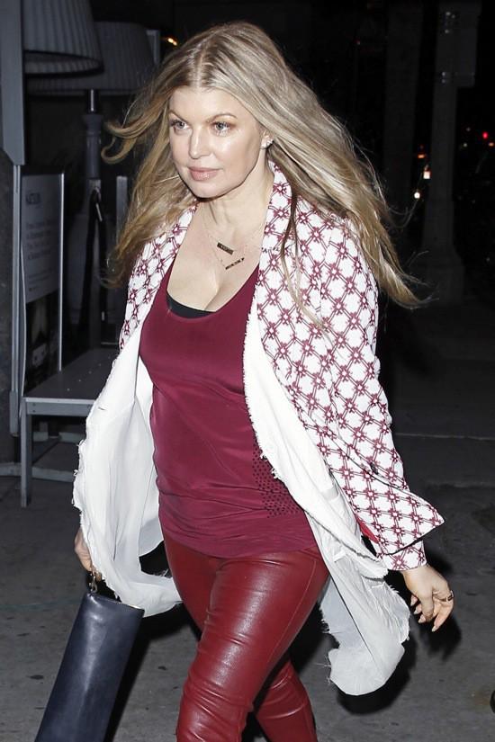 Photos : Fergie : moulée dans un slim en cuir rouge, la sexy mum a encore frappé !