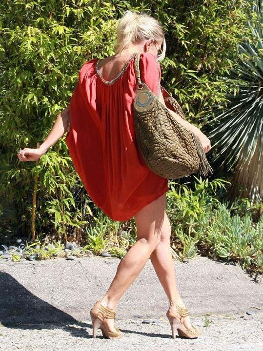 On dirait qu'elle marche sur des oeufs !
