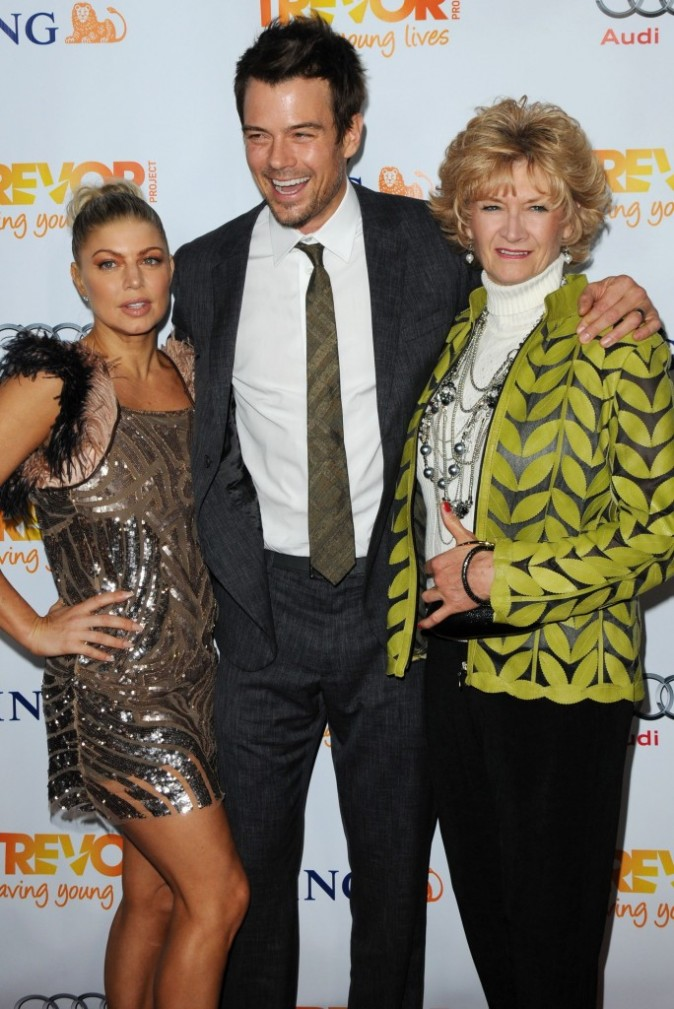 Fergie, Josh Duhamel et sa maman lors de la soirée Trevor Live à Hollywood, le 4 décembre 2011.