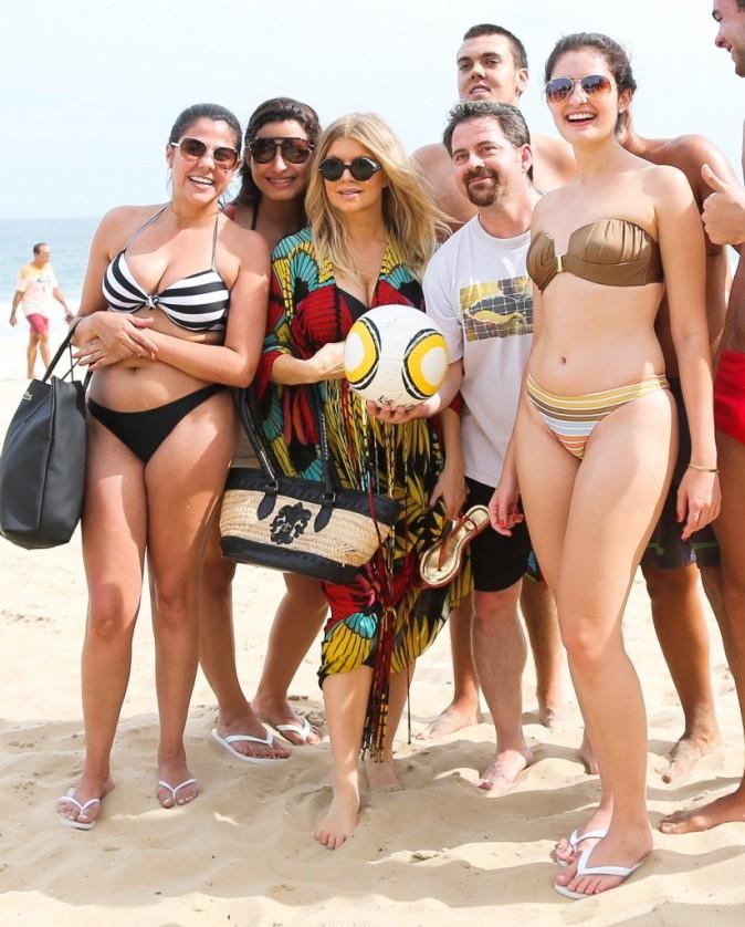 Fergie entourée de ses fans sur la plage d'Ipanema au Brésil, le 4 avril 2013.