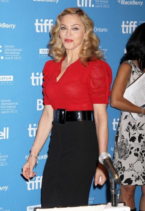 Madonna en rouge et noir pour le photocall et la conférence de presse de W.E. à Toronto