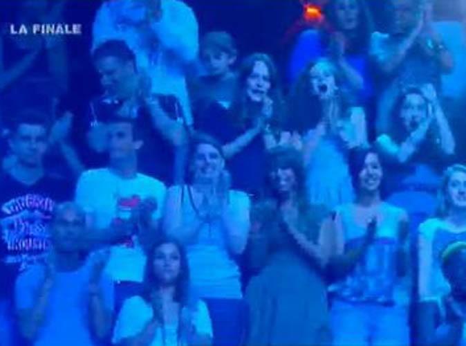 Olivia et Nadia, journalistes Public, sur le plateau de X-Factor pour la finale, le 28 juin 2011.