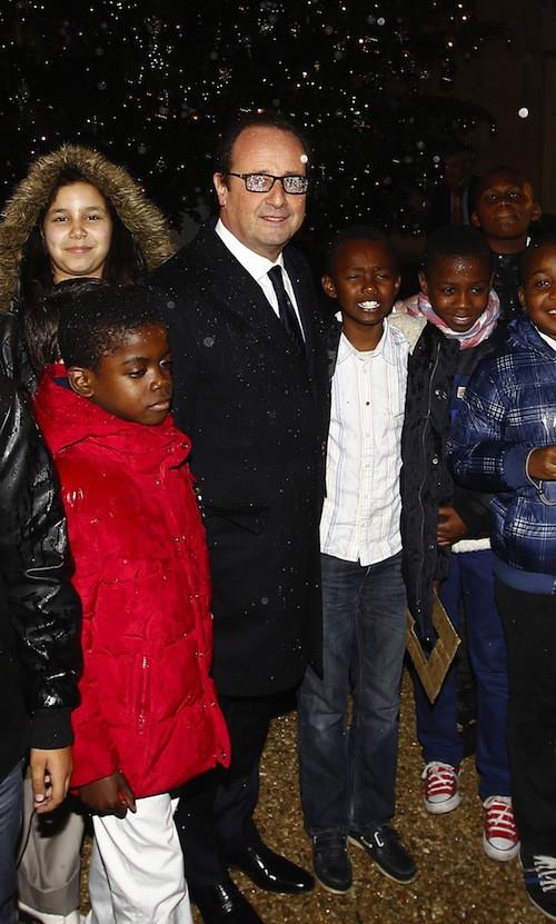 Photos : François Hollande : il inaugure le sapin de l'Elysée sous la pluie… !