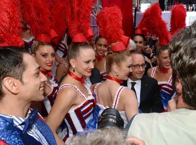 François Hollande s'offre un bain de foule sur Times Square, entouré des danseuses du Moulin Rouge !