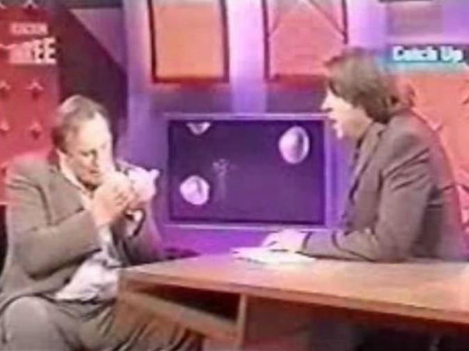 L'acteur fume une cigarette sur le plateau de BBC1, avant de l'écraser par terre !