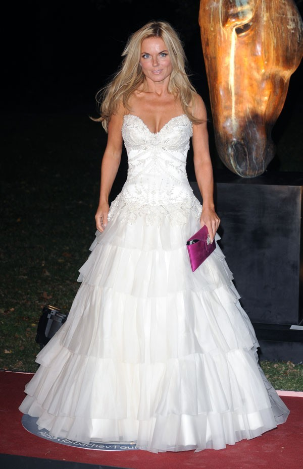 Elle porte bien la robe de mariée !
