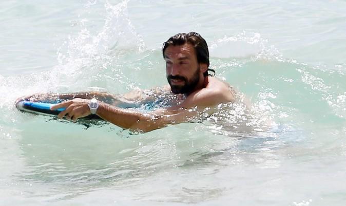 Andrea Pirlo, plus à l'aise balle au pied qu'en bodyboard !