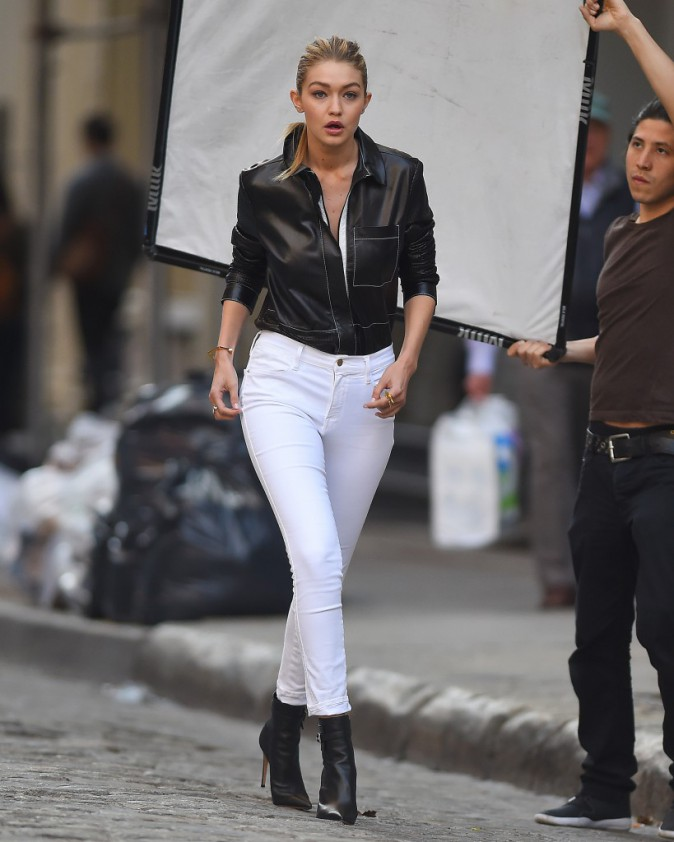 Gigi Hadid en shooting à New York pour Gemey Maybelline, le 21 avril 2015