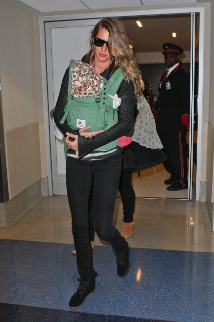Gisele Bündchen et sa fille Vivian à l'aéroport de Los Angeles, le 23 avril 2013.