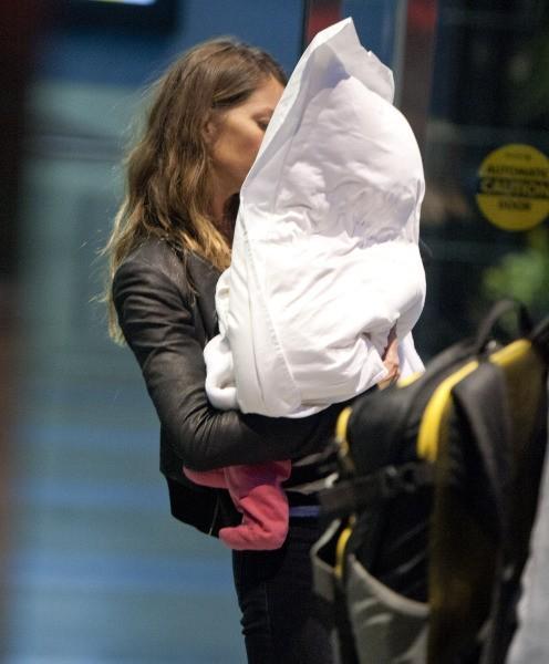 Gisele Bündchen et sa fille Vivian à l'aéroport de New York, le 23 avril 2013.