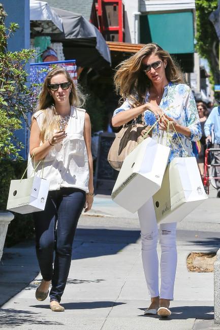 Gisele Bündchen en plein shopping pour ses enfants à Santa Monica, le 17 juillet 2013.
