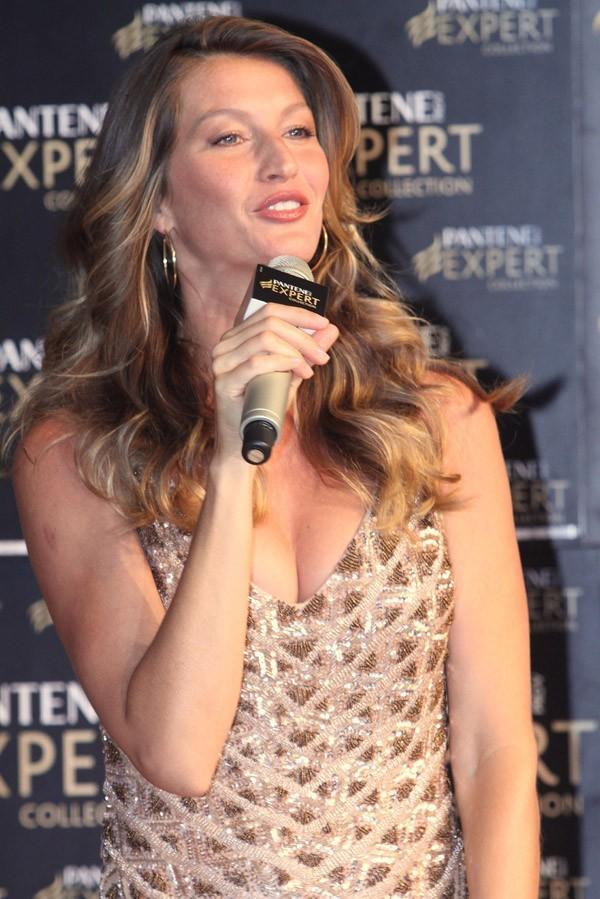Gisele Bündchen en conférence de presse pour Pantene à Sao Paulo le 3 avril 2013