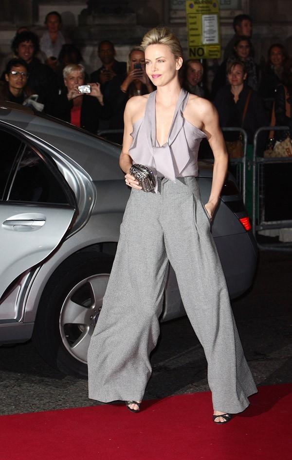 Charlize Theron, cool et classe en pantalon !
