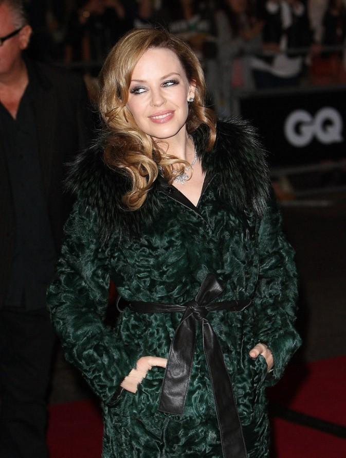 Kylie Minogue a plutôt choisi un manteau bien chaud...