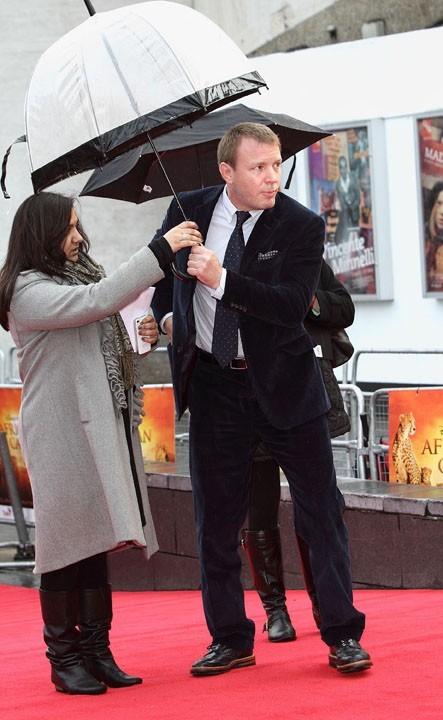 Guy doit laisser son parapluie !