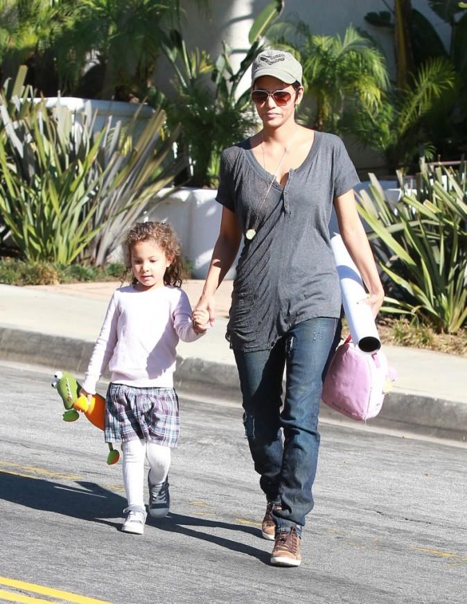 Halle Berry et sa fille Nahla à la sortie de l'école à Los Angeles, le 4 janvier 2012.