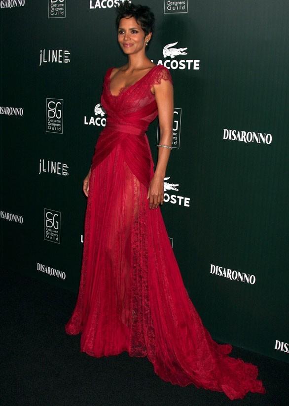 Sublime dans sa longue robe rouge !