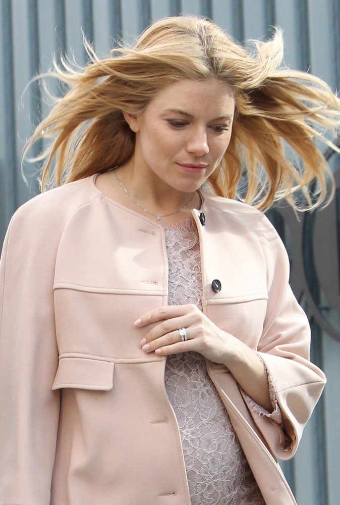 Photos : Sienna Miller, une future mariée dans le vent !