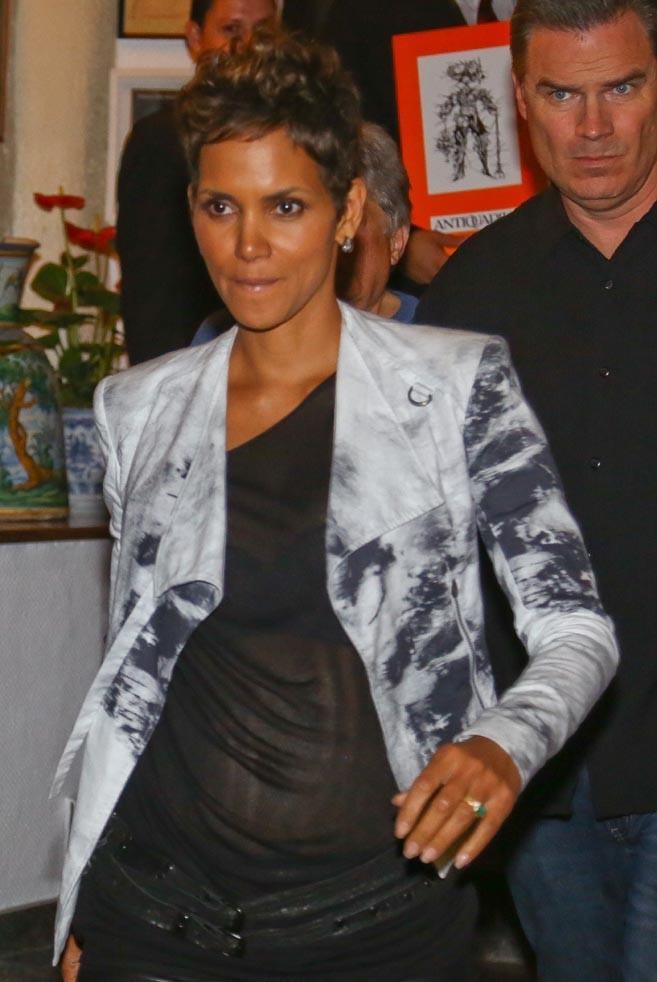 Halle Berry à la sortie d'un restaurant de Rio de Janeiro le 10 avril 2013