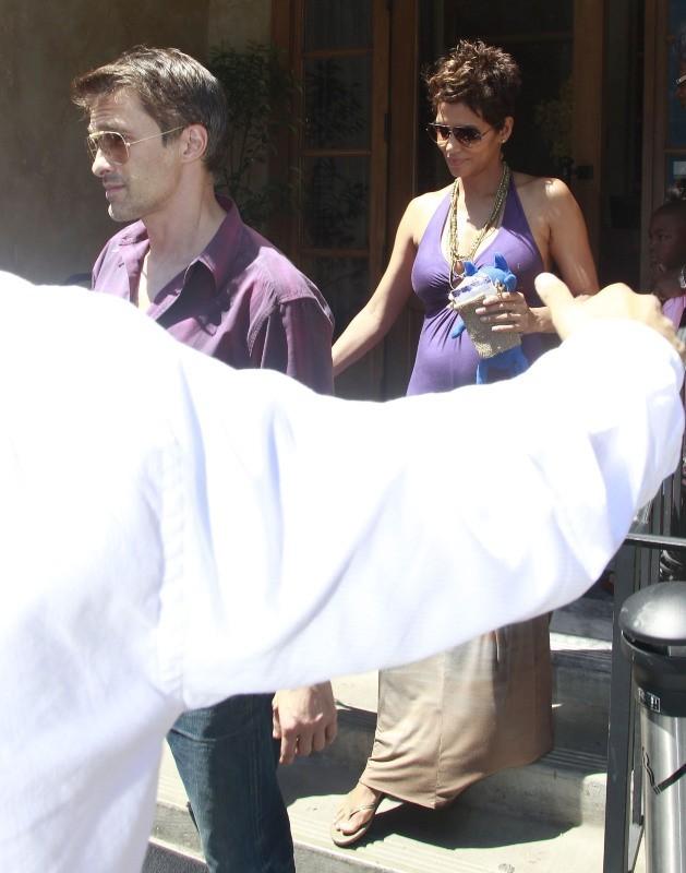 Halle Berry et son fiancé Olivier Martinez à West Hollywood, le 12 mai 2013.