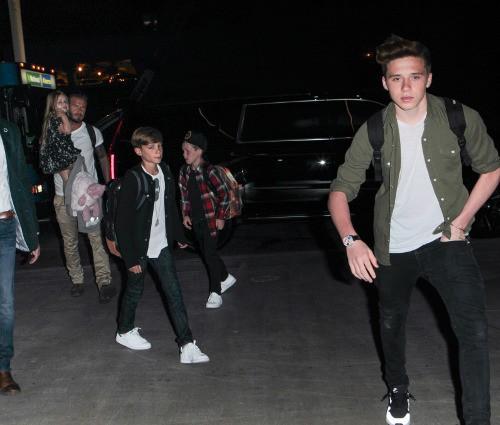 David Beckham avec ses enfants à l'aéroport de LAX le 19 avril 2015