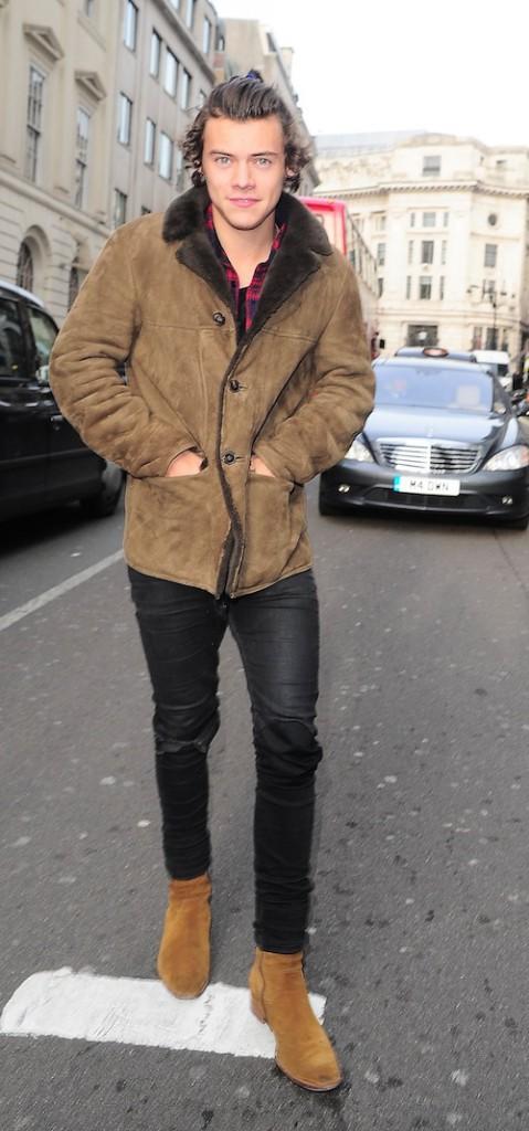 Photos : Harry Styles : en mode cra-cra avec ses cheveux gras et sa queue de cheval !