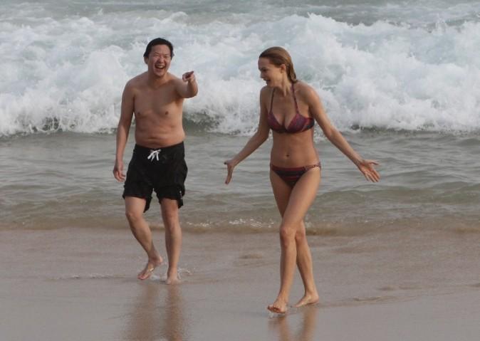Heather Graham et Ken Jeong sur la plage d'Ipanema au Brésil, le 28 mai 2013.