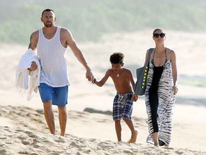 Heidi Klum, Martin Kristen et Henry le 1er avril 2013 sur une plage à Hawaii