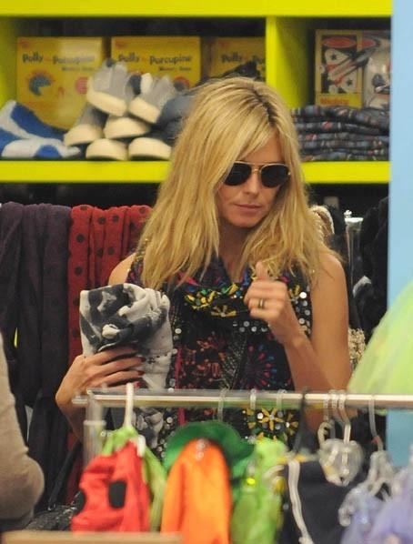 Très concentrée quand elle fait du shopping!